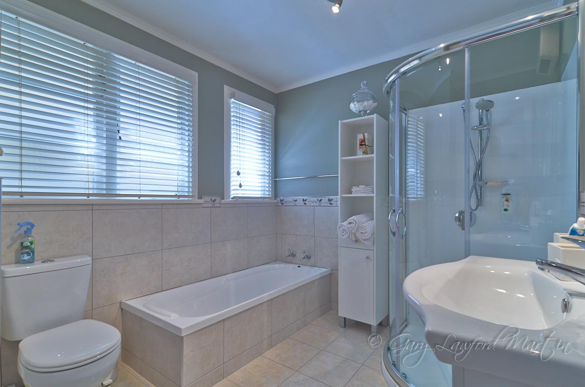 62 Fitzroy St Main Bathroom